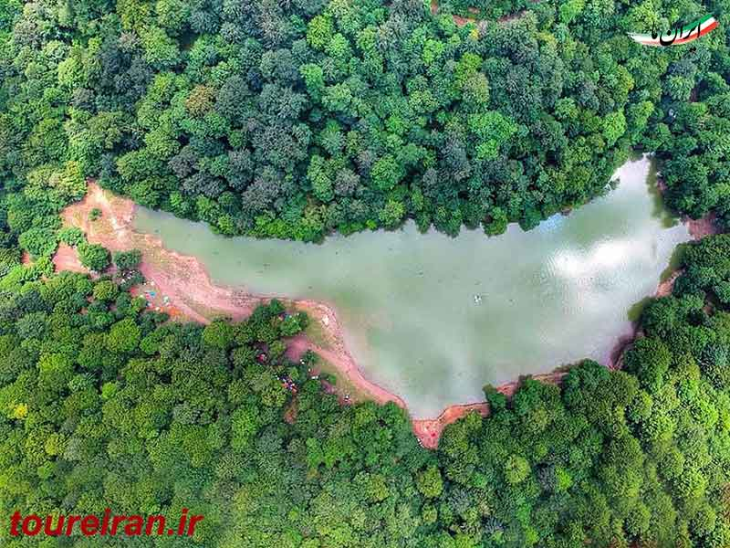 دریاچه بیضوی چورت احاطه شده توسط درختان جنگلی www.toureiran.ir